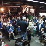 Viele interessierte Zuschauer und Käufer sind gekommen.